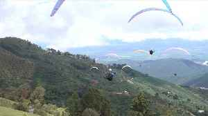 News video: Paragliders face difficult conditions in Colombian skies