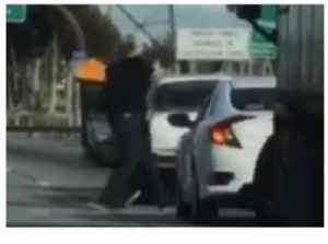 News video: Fist Fight Breaks Out on Los Angeles Highway