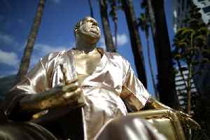News video: Statue of Harvey Weinstein and his 'Casting Couch' Appear in Hollywood
