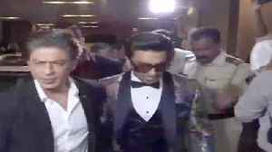 News video: Shahrukh Khan and Ranveer Singh At Hello Hall of Fame Awards 2018 Red Carpet