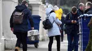 Embassy staff and children leave Russian embassy in London [Video]