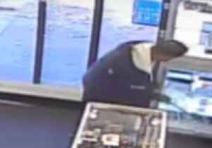 News video: Man Smashes Shop Fittings With Crowbar, Steals Jewellery