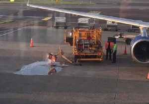 News video: Ground Staff Oblivious as Fuel Spills Onto Runway at Amsterdam Airport