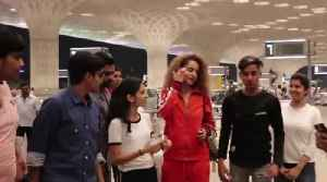 News video: Kangana Ranaut's Sweet Gesture Taking Selfies With FANS At Airport