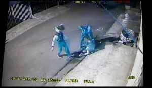 News video: The old men fight off gang of robbers with a broom