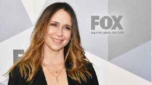 "News video: Jennifer Love Hewitt Apologizes for Looking ""Wrecked"" on First Red Carpet in 4 Years"