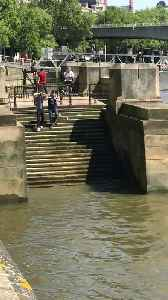 News video: Slippery Steps on the Thames River