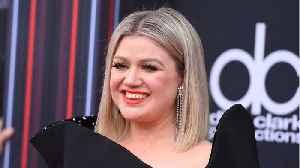 News video: Fans Love Kelly Clarkson's New Blonde Lob