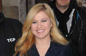News video: Kelly Clarkson thanks Carrie Underwood for making her 'feel thin'