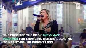 News video: Kelly Clarkson Reveals Thyroid Issue and 37-Pound Weight Loss