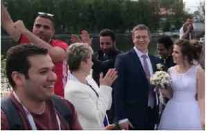 News video: Egyptian World Cup Fans Dance and Sing Around Russian Newlyweds
