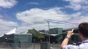 Stunning aerial display of Red Arrows flying over Heathrow Airport [Video]