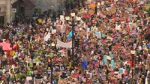 Thousands of anti-Trump protesters march through London [Video]