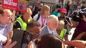 Labour leader Jeremy Corbyn receives rock-star welcome at anti-Trump rally [Video]