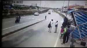 Lucky escape after speeding bus lurches into opposite lane on India highway [Video]