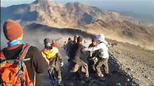 Hundreds Trapped on Mount Rinjani After 6.4-Magnitude Earthquake Strikes in Indonesia [Video]