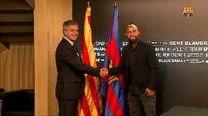 Arturo Vidal signs contract with FC Barcelona [Video]