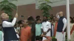 Independence Day : Amit Shah ने BJP Head Office में फहराया &#x [Video]