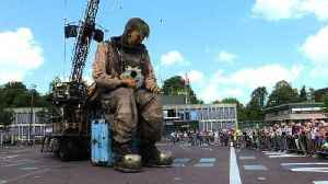 The Giants puppets of Royal de Luxe make their Dutch premiere [Video]