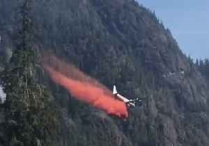 Plane Drops Fire Retardant to Halt Progress of Vancouver Island Fire [Video]