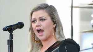 Kelly Clarkson Has The Best Response To A Homophobic Twitter Troll [Video]