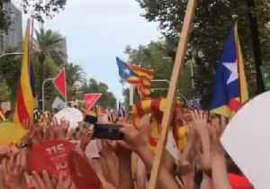 Silence Turns to Cheers in Barcelona 'Sound Wave' for Independence [Video]
