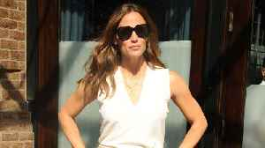 Jennifer Garner Wore Hot Rollers In Her Hair To Pick Up Her Kids [Video]