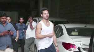 Tiger Shroff at his dance class in Andheri - SPOTTED [Video]