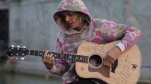 News video: Justin Bieber Serenades Hailey Baldwin In Front Of Buckingham Palace