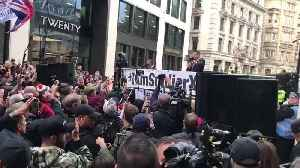 Tommy Robinson Addresses Huge Crowd Outside Old Bailey [Video]