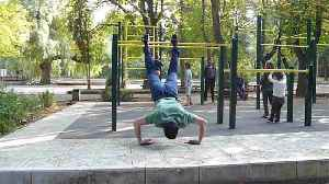 Bizarre moment student uses wrist strength for push ups on climbing frame� [Video]