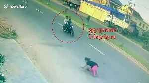 Brazen thieves snatch handbag from woman riding motorcycle [Video]
