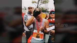 Dad breaks down in tears after he finishes marathon holding his dead son's photo [Video]