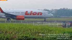 Planes halted on runway at Indonesian airport by invasion of birds [Video]