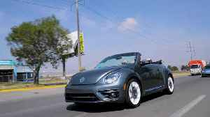 2019 Volkswagen Beetle Convertible Final Edition Driving on the Highway [Video]