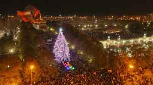 Chicago's Christmas tree comes to light [Video]