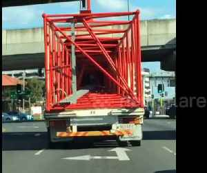 Truck on the highway gives an illusion-like shadow performance [Video]