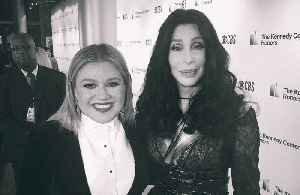 Kelly Clarkson fangirled meeting Cher [Video]