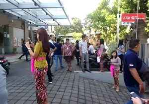 Bank Employees and Customers Evacuate Building in Bali Following Earthquake [Video]