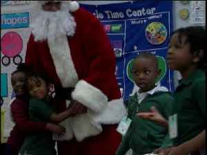 High school students surprise an entire elementary school with Christmas presents [Video]