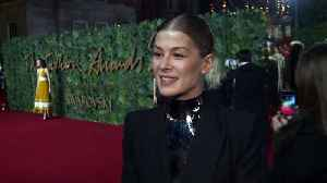 Rosamund Pike talks Golden Globes at The Fashion Awards 2018 [Video]