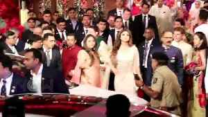 Shilpa Shetty Awkward Moment As Raveena Tandon Arrives At Isha Ambani Wedding [Video]