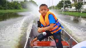 Bangkok schoolboy beats traffic by piloting motorboat to school [Video]