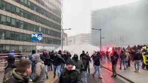 Belgian police fire water cannon at anti-migrant protesters [Video]