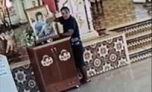 Thief pretends to pray while stealing donations from church [Video]