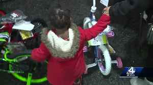 Carolina Panther Thomas Davis, wife Kelly give out over 700 toys to kids in Greenville [Video]