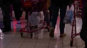 Last-minute shoppers flood stores [Video]