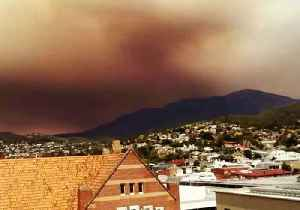 Dark Clouds Descend on Hobart as Bushfire Rages [Video]