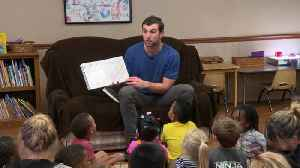 Colts QB Andrew Luck shares his love of reading [Video]