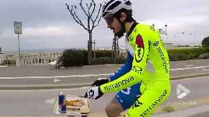 Cyclist has sit down lunch on the go [Video]
